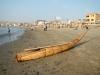 De historische vissersboot van riet op het land