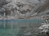 Het heldere meer en de besneeuwde bergen
