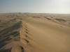 Mijn sporen blijven in het zand op de duintop achter