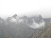 De bergtoppen in de wolken