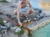 Jeroen opent de warmwaterstroom tot ons privébad