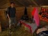 Binnen in het rieten hutje