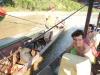 Hier worden we gesleept door de andere boot