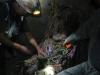 Twee mijnwerkers offeren sigaretten en drank aan de Tio