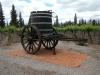 Een oude wijnpers op wielen