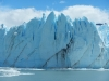 De enorme ijsmuur die het water uitsteekt