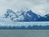 Wie goed kijkt ziet rechts op de grens tussen water en gletsjer een