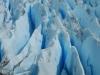 Rechts zien we enorme indrukwekkende diepblauwe spleten