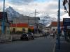 Besneeuwde bergen sieren het straatbeeld