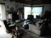 De warme huiselijke huiskamer met mijn favoriete stoel (links)