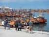 De vissersbootjes liggen er vredig bij