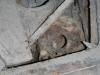 Een kapot oud graf met een schedel erin
