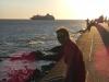 Renee tijdens zonsondergang, een cruiseschip vaart net uit