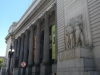Het bankgebouw met de expositie