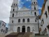 De spierwitte kerk op een voetstuk, indrukwekkende entree
