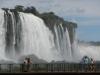 Vier blije toeristen leggen alles snel vast voordat het water op is