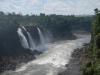 Dit is wat er overblijft aan rivier, met rechtsboven een groot luxe hotel met uitzicht op de watervallen