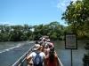 Het is gezellig druk op weg naar de waterval (die vervelende toeristen ook altijd)