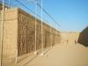 Een enorme muur vol versieringen bij de derde ruïne